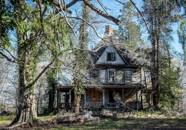 The Strange, Fascinating History of This Abandoned Mansion