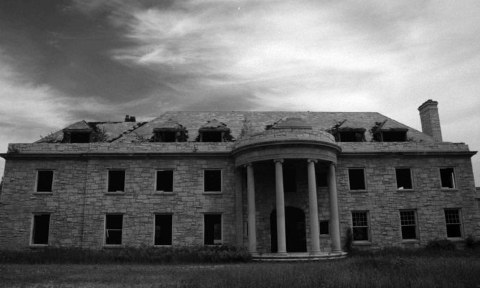 This Abandoned Mansion in Wisconsin Is Creepy but Beautiful